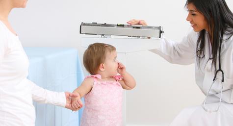 mengukur berat dan tinggi bayi untuk mengetahui status gizi dan mencegah stunting